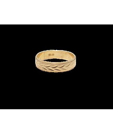 Arany karikagyűrű vésett mintával.