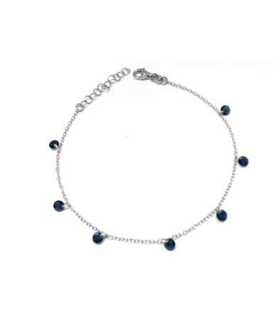 Ezüst lógós fülbevaló kék kövekkel.