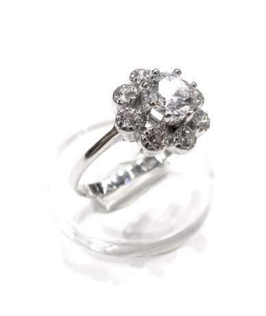 Fehér  arany köves gyűrű.