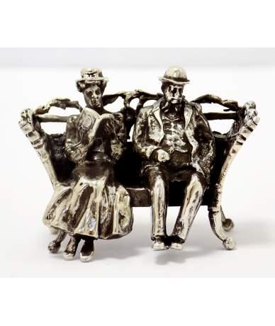 Ezüst padon ülő pár figura